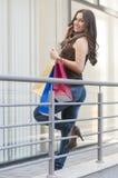 Женщина с хозяйственными сумками на телефоне Стоковая Фотография RF