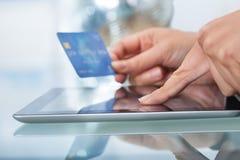 Женщина с ходить по магазинам кредитной карточки онлайн Стоковые Фотографии RF