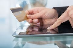 Женщина с ходить по магазинам кредитной карточки онлайн Стоковое Изображение RF