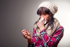 Женщина с холодами больного термометра Стоковое фото RF