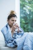 Женщина с холодным выпивая чаем Стоковое фото RF