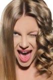 Женщина с холодным hairdo сделала гримасу Стоковые Изображения