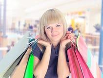 Женщина с цветастыми хозяйственными сумками Стоковое Изображение RF