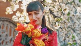 Женщина с цветками в весеннем времени акции видеоматериалы