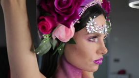 Женщина с цветками и ярким составом акции видеоматериалы