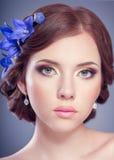 Женщина с цветками колоколов Стоковые Изображения RF