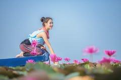 Женщина с цветком лотоса стоковые изображения