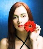 Женщина с цветком Стоковые Изображения