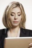 Женщина с цифровой таблеткой Стоковые Изображения