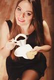 Женщина с чашкой кофе и тортом Стоковое Фото