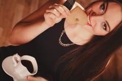Женщина с чашкой кофе и тортом Стоковые Изображения RF
