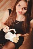 Женщина с чашкой кофе и тортом Стоковое Изображение RF