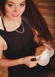 Женщина с чашкой кофе и тортом Стоковые Фото