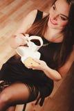 Женщина с чашкой кофе и тортом Стоковая Фотография RF