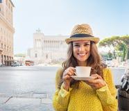 Женщина с чашкой кофе на venezia аркады в Риме Стоковые Изображения RF
