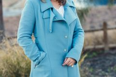 Женщина с черным пальто стоковая фотография