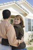 Женщина с человеком стоящим вне дома Стоковые Изображения RF