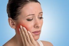 Женщина с чувствительной проблемой кроны боли зуба стоковое фото rf