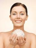 Женщина с шариком ванны Стоковые Изображения RF
