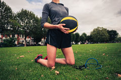Женщина с шариком медицины и диапазон сопротивления Стоковое фото RF