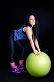 Женщина с шариком тренировки Стоковая Фотография RF