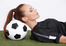 Женщина с шариком футбола Стоковые Изображения