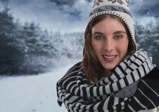 Женщина с шарфом и шляпой в лесе снега на ноче Стоковые Фотографии RF