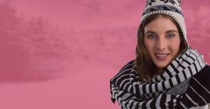 Женщина с шарфом и шляпой в розовом тонизированном лесе снега на ноче Стоковые Изображения