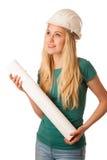 Женщина с шлемом конструктора и план строительства счастливый для того чтобы сделать Стоковые Изображения