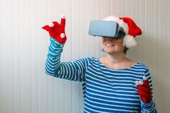 Женщина с шляпой Санта Клауса рождества и шлемофоном VR Стоковые Изображения RF