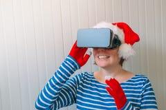 Женщина с шляпой Санта Клауса рождества и шлемофоном VR Стоковые Фото