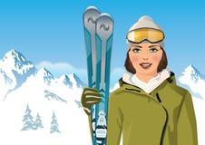 Женщина с лыжами в горе Стоковая Фотография RF
