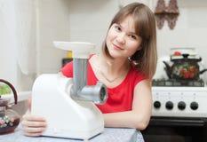Женщина с электрическим mincer стоковое изображение rf