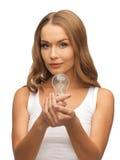 Женщина с энергосберегающим шариком стоковая фотография