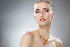 Женщина с ювелирными изделиями Стоковое Изображение