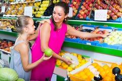 Женщина с яблоками девушки покупая Стоковое Изображение RF