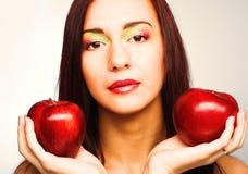 Женщина с яблоками стоковые фотографии rf