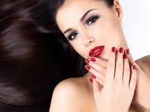 Женщина с длинними прямыми волосами и ногтями элегантности Стоковое Фото
