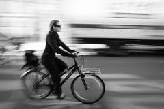 Женщина с bike стоковое фото
