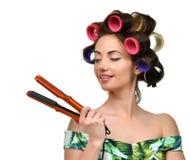 Женщина с curlers держит инструмент волос завивая утюжа Стоковые Изображения RF