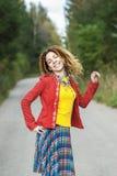 Женщина с dreadlocks на дороге асфальта Стоковая Фотография RF
