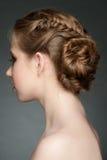 Женщина с hairdo оплетки стоковое фото