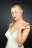 Женщина с haved стилем причёсок стоковые изображения