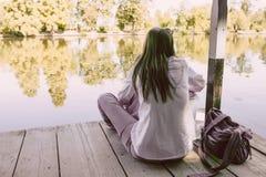 Женщина с Melancholic настроением на береге озера Стоковое Изображение