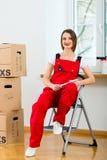 Женщина с moving коробкой в ее доме Стоковое Изображение RF