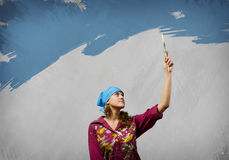 Женщина с paintbrush Стоковое Фото