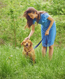 Женщина с retriever Лабрадора собаки Стоковая Фотография