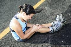 Женщина с rollerblade в временени стоковое изображение