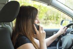 Женщина с smartphone в автомобиле Стоковая Фотография