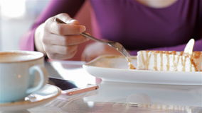 Женщина с smartphone и кофейной чашкой в кафе видеоматериал